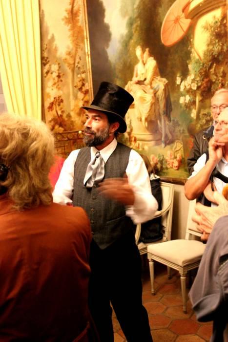 Renaud Bois, comédien, accueille le public dans le salon décoré par des tableaux de Jean-Honoré Fragonard pour les journées européennes du Patrimoine 2019 à Grasse - Provence orientale - France